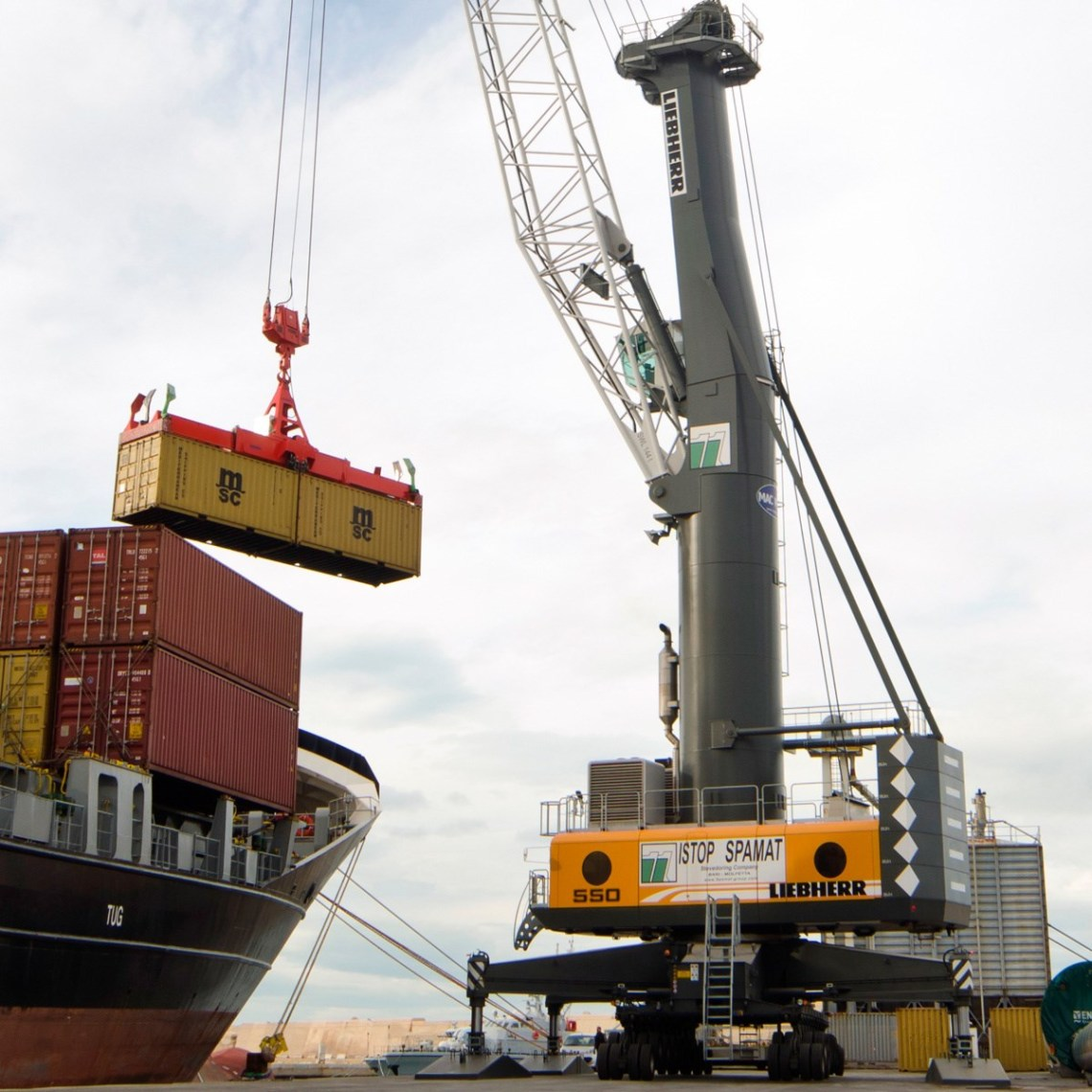liebherr-lhm-550-mobile-harbour-crane-container-twinlift-macport-italy